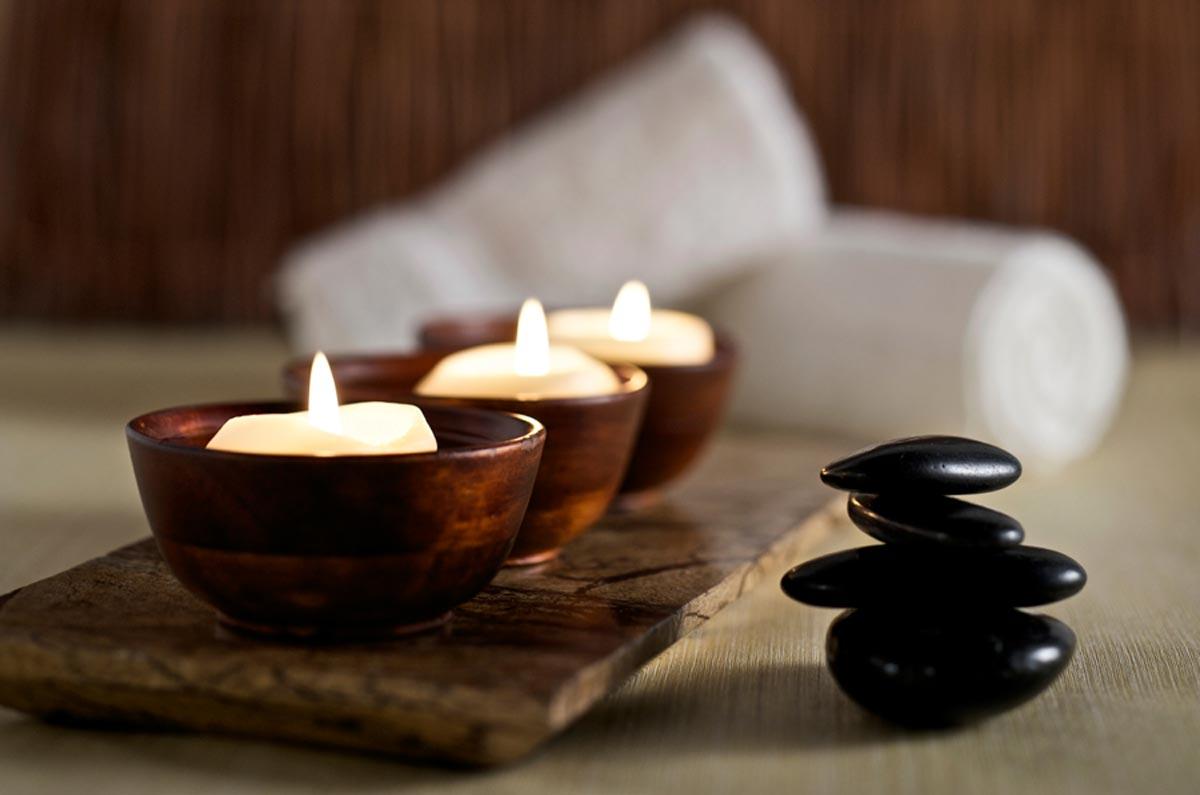vasetti di legno contenenti tre candeline